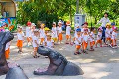 Niños que juegan en el parque zoológico Fotos de archivo