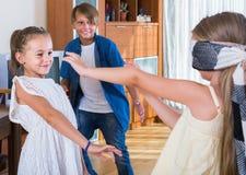 Niños que juegan en el peñasco del hombre ciego dentro Imagen de archivo