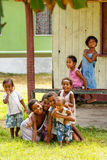 Niños que juegan en el pueblo de Lavena en la isla de Taveuni, Fiji Fotos de archivo libres de regalías