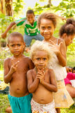 Niños que juegan en el pueblo de Lavena en la isla de Taveuni, Fiji Imagenes de archivo