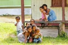 Niños que juegan en el pueblo de Lavena en la isla de Taveuni, Fiji Fotografía de archivo