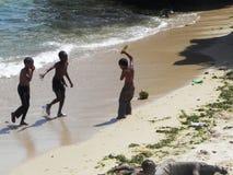 Niños que juegan en el theShore en el Océano Índico Mombasa Imagenes de archivo