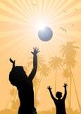 Niños que juegan en el verano de la playa
