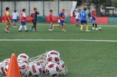 Niños que juegan en escuela del fútbol del fútbol con el instructor Fotografía de archivo libre de regalías
