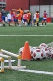 Niños que juegan en escuela del fútbol del fútbol con el instructor Foto de archivo libre de regalías