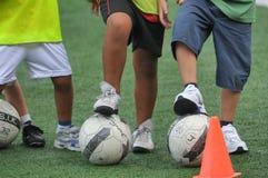 Niños que juegan en escuela del fútbol del fútbol con el instructor Fotografía de archivo