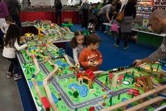 ¡Niños que juegan en G! viene el giocare en Milán, Italia Fotos de archivo libres de regalías