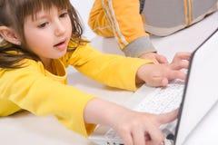 Niños que juegan en la computadora portátil Fotos de archivo libres de regalías