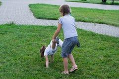Niños que juegan en la hierba Imagen de archivo libre de regalías