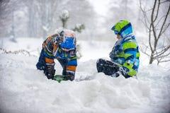 Niños que juegan en la nieve, Ucrania, Mukachevo Imagen de archivo