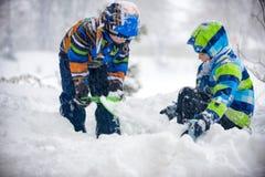 Niños que juegan en la nieve, Ucrania, Mukachevo Fotos de archivo