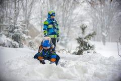 Niños que juegan en la nieve, Ucrania, Mukachevo Foto de archivo