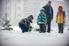 Niños que juegan en la nieve, Ucrania, Mukachevo, Imagen de archivo libre de regalías