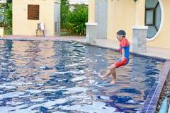 Niños que juegan en la piscina foto de archivo