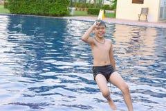 Niños que juegan en la piscina imagenes de archivo