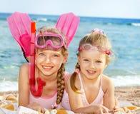 Niños que juegan en la playa. Fotografía de archivo libre de regalías