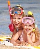 Niños que juegan en la playa. Imagen de archivo libre de regalías