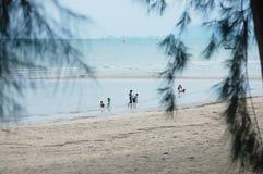 Niños que juegan en la playa en el pueblo pesquero Koh Phithak Island Imagen de archivo