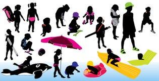 Niños que juegan en la playa, siluetas ilustración del vector