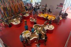 Niños que juegan en LEGO House, Billund, Dinamarca imagenes de archivo