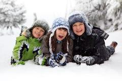 Niños que juegan en nieve fotos de archivo libres de regalías