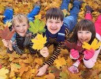 Niños que juegan en otoño imagen de archivo libre de regalías