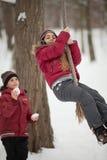 Niños que juegan en parque del invierno Foto de archivo