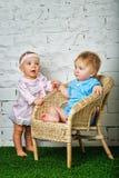 Niños que juegan en patio trasero Foto de archivo