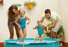 Niños que juegan en piscina Fotografía de archivo