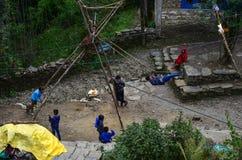 Niños que juegan en pueblo de montaña fotos de archivo libres de regalías