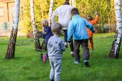 Niños que juegan en un jardín Fotos de archivo