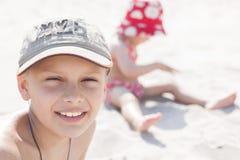Niños que juegan en una playa Imagen de archivo