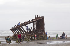 Niños que juegan en viejo naufragio Imagen de archivo libre de regalías