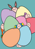 Niños que juegan escondite entre los huevos de Pascua Imágenes de archivo libres de regalías