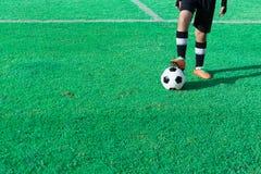 Niños que juegan a fútbol en el estadio foto de archivo