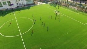 Niños que juegan a fútbol en el estadio almacen de video