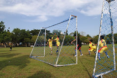 Niños que juegan a fútbol o a fútbol Imágenes de archivo libres de regalías