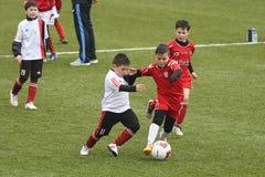 Niños que juegan a fútbol o a fútbol Imagen de archivo