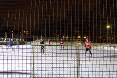 Niños que juegan a hockey al aire libre en el hielo en la noche en un parque de Quebec, Canadá - 1/3 fotografía de archivo libre de regalías