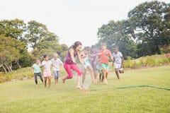 Niños que juegan junto durante un día soleado Fotos de archivo