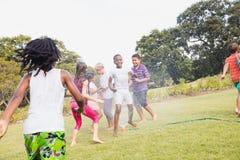 Niños que juegan junto durante un día soleado Imagen de archivo libre de regalías