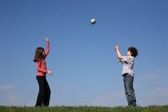 Niños que juegan la bola Fotografía de archivo