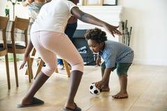 Niños que juegan la bola dentro junto Imagen de archivo