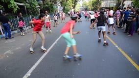 Niños que juegan la cantidad del balonmano del patinaje sobre ruedas, clip de la película almacen de video