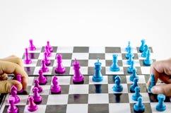 Niños que juegan la opinión superior del tablero de ajedrez en el fondo blanco fotografía de archivo