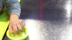 Niños que juegan la tabla del hockey sobre hielo almacen de video