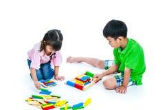 Niños que juegan los bloques de madera del juguete, aislados en el fondo blanco Imágenes de archivo libres de regalías