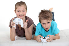 Niños que juegan a los juegos de ordenador fotografía de archivo