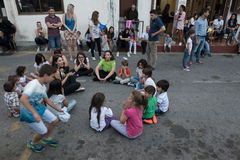 Niños que juegan a los juegos de pascua Fotos de archivo libres de regalías