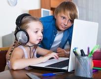 Niños que juegan a los juegos onlines Imagenes de archivo